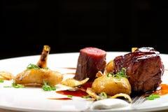 Haute cuisine, bistecche arrostite dell'agnello con una salsa di porto fotografia stock libera da diritti