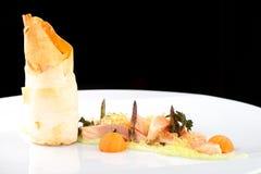 Haute cuisine, raccordo di color salmone rosa con il caviale immagine stock