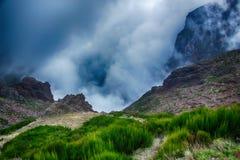 Haute dans les montagnes avec des nuages Photos libres de droits