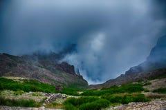 Haute dans les montagnes avec des nuages Image libre de droits