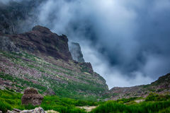 Haute dans les montagnes avec des nuages Image stock