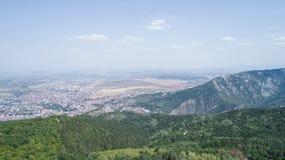 Haute dans les montagnes en Sunny Day Photographie stock libre de droits