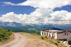 Haute de construction abandonnée dans les montagnes d'Altai Photographie stock libre de droits