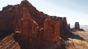 Haute de vol de bourdon autour de grande montagne rocheuse au milieu de désert de grès et de ciel bleu dans la réserve nationale  banque de vidéos