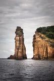 Haute falaise rocheuse dans l'océan Image libre de droits