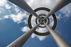 Haute lampe de poteau dans le ciel Image stock