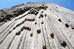 Haute montagne constituée par les piliers hexagonaux ! photo stock