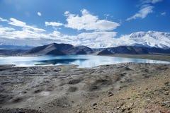 Haute montagne dans la neige et le désert Photographie stock libre de droits