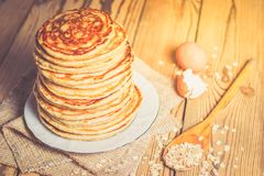Haute pile de crêpes de farine d'avoine Photo stock