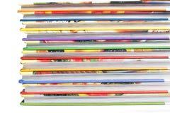 Haute pile de livres d'isolement sur le fond blanc Photos stock