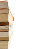 Haute pile des livres du côté avec l'espace blanc Photographie stock