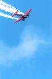 Haute plate rouge et noire dans le ciel Image stock