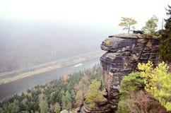 Haute roche avec la vue sur la rivière Photos libres de droits