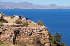 Haute rustique et simple de terrasse de jardin au-dessus du Lac Titicaca image libre de droits