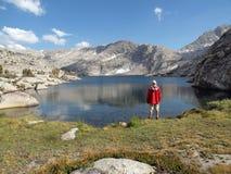 Haute sierra randonneur de lac Photo stock