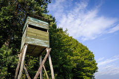 Haute tour de chasse en bois Tour de chasseurs photographie stock