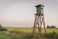 Haute tour de chasse en bois Tour de chasseurs photos libres de droits