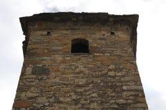 Haute tour de forteresse de roche de montagne image stock