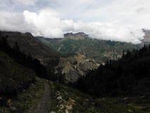 Haute vallée de l'Himalaya pendant la mousson Image stock