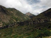 Haute vallée de l'Himalaya pendant la mousson Image libre de droits