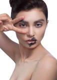 Hautecouture-Schönheits-Modellmädchen mit Schwarzem bilden und lange Stoffe Schwarze Lippen Dunkler Lippenstift und weiße Haut Hü Stockbilder