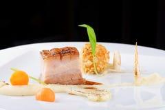 Hautekeuken, het lapje vlees van Varkensvleesconfit met een aardappel Stock Foto's