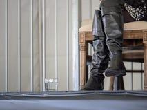 Hautes bottes en cuir d'une femme sur une étape élevée photo stock