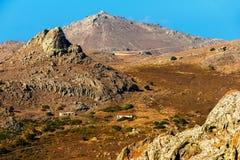 Hautes collines rocheuses en île Limnos, Grèce photo libre de droits