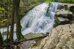 Hautes eaux à hurler la cascade courue photo stock