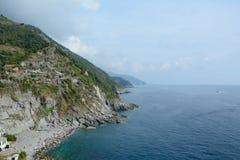 Hautes falaise et mer dans Vernazza, Italie Photo libre de droits