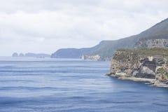 Hautes falaises à la côte Tasmanie d'océan du sud Images libres de droits