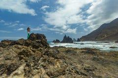 Hautes falaises raides de roche de lave Horizon de mer bleu, fond naturel de ciel photos libres de droits