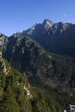 Hautes montagnes avec le ciel bleu Photos libres de droits