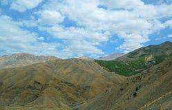 Hautes montagnes d'atlas au Maroc Dans quelques endroits couverts de for?ts denses, dans les endroits compl?tement abandonn photographie stock libre de droits