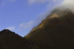 Hautes montagnes d'atlas avec le brouillard de matin. Photographie stock