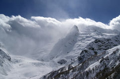 Hautes montagnes en nuages Images libres de droits