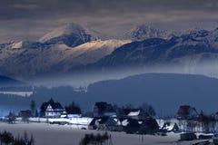 Hautes montagnes et maisons Photographie stock libre de droits