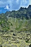 Hautes montagnes sous un ciel bleu avec des nuages photographie stock libre de droits