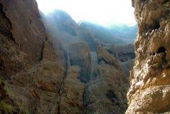 Hautes roches pierreuses dans le canyon de Masca photos stock