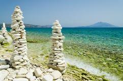 Hautes tours de caillou sur la plage de papas Image libre de droits