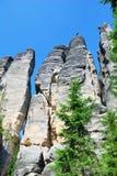 Hautes tours de ville de roche de grès dans Adrspach Images stock