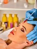 Hautfüller der Frau im Badekurortsalon mit Kosmetiker Lizenzfreie Stockbilder