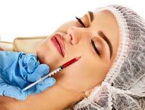 Hautfüller der Frau im Badekurortsalon mit Kosmetiker Lizenzfreies Stockfoto
