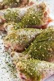 Hautlose Hühnertrommelstöcke mit Kräutern Stockbild