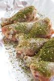 Hautlose Hühnertrommelstöcke mit Kräutern Frisches Huhnfleisch Hühnerbeine mit Kräutern Stockbild