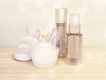 Hautpflegeprodukte mit Lotus-Blume Lizenzfreie Stockfotos
