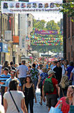 Hautpstraße des besetzten Einkaufens Lizenzfreie Stockfotos