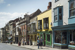 Hautpstraße Glastonbury im Sommer Lizenzfreie Stockfotos