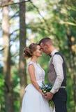 Hauts arbres et baiser des ménages mariés Photo libre de droits