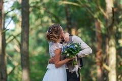 Hauts arbres et baiser des ménages mariés Images stock